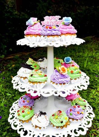 decoracion de pasteles: torta de cumpleaños feliz con adornado Foto de archivo