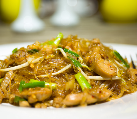 vermicelli: PADTHAI pollo vermicelli comida tailandesa Foto de archivo