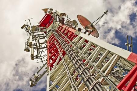 telecomm: Una torre de comunicaciones de se�ales de televisi�n y tel�fono m�vil Foto de archivo