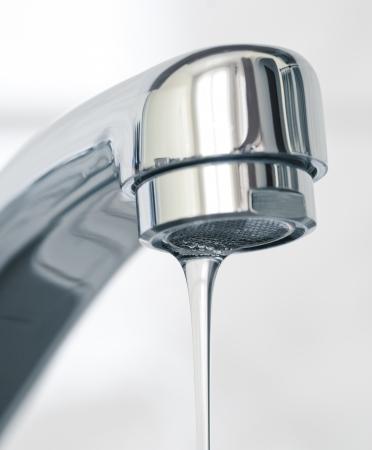 grifo agua: Agua que fluye del grifo de agua, de cerca