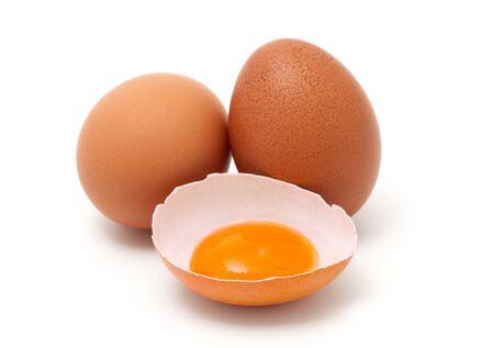 Verse eieren die op witte achtergrond worden geïsoleerd