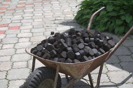 Old wheelbarrow used bringing coal 版權商用圖片 - 147919020