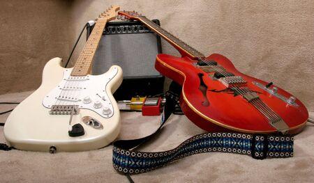 il rosso e crema di chitarre elettriche porre l'amplificatore Archivio Fotografico