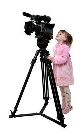 la bambina in abito rosa guardare al cercatore di videocamera DV -