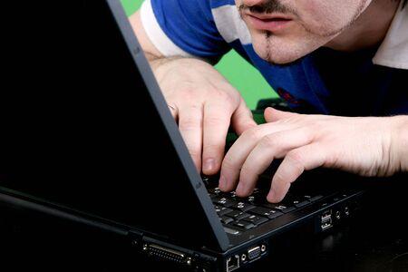 l'uomo in blu t-shirt restrittivo guardare al display del computer portatile grigia profonda