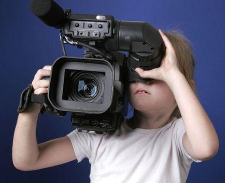 bambina tenta la ripresa con grande dv-cam videocamera Archivio Fotografico