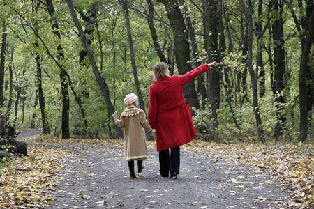 madre e la figlia a piedi dalla strada forestale autunno Archivio Fotografico