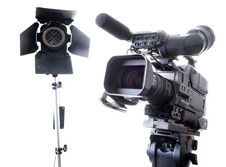 isolati registratore videocamera digitale su treppiede e spot, con sfondo bianco Archivio Fotografico