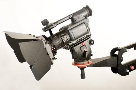 isolati videocamera ad alta definizione su una gru a mano studio