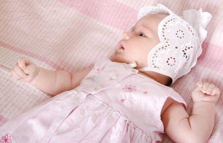 girl lying down: un mes de a�os a reci�n nacido ni�a acostado