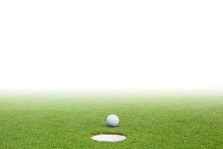 balle de golf: Une balle de golf sur l'herbe verte et un fond blanc