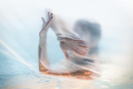 Bella donna in silhouette doccia dietro il sipario
