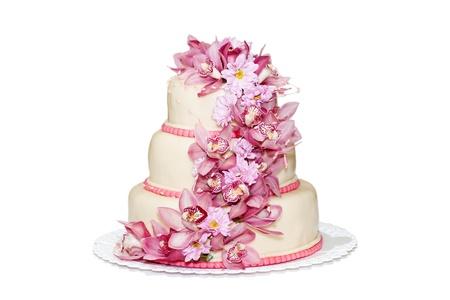pastel de bodas: Torta de la boda tradicional en un fondo blanco