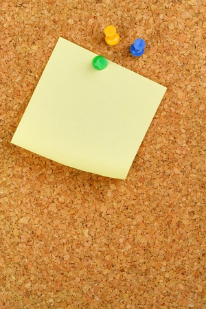 peg board: Paper of note with tack on cork noticeboard Stock Photo