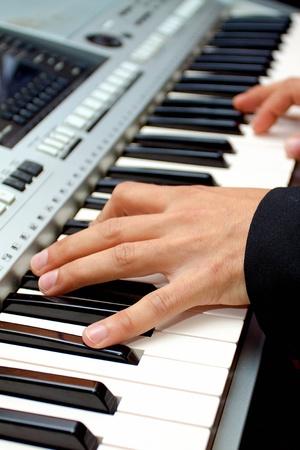 joueur de piano: Artiste mains d'un joueur de piano Banque d'images