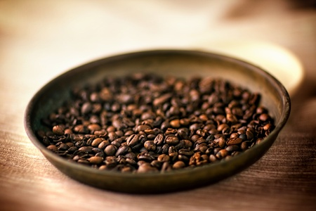 caf: Coffee beans - Soft-focus view.