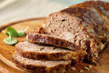 albondigas: Pastel de carne (ternera) con ensalada en un plato de madera