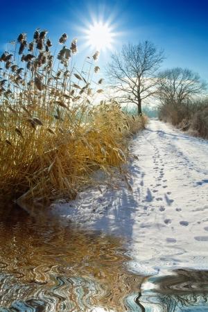 januar: Gefrorene Landschaft an einem klaren sonnigen Tag