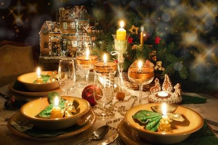 cena navideña: Navidad cena con velas con ambiente de navidad