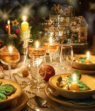Christmas dinner table with candles with christmas atmosphere Foto de archivo