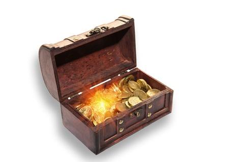 monedas antiguas: Abrir cofre lleno de monedas de oro sobre un fondo blanco