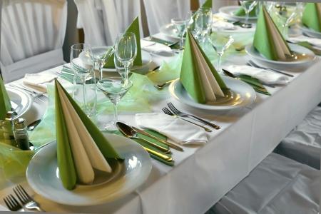 elegante Dekoration von Tisch in einem Restaurant in dunklen Tönen