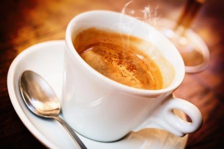 흰색 컵에 멋진 이탈리아 커피