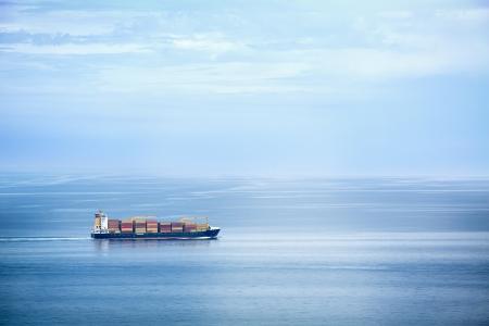 넓은 바다에서 큰 컨테이너 선박 스톡 콘텐츠