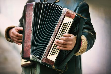 acordeon: El músico que toca el acordeón Foto de archivo