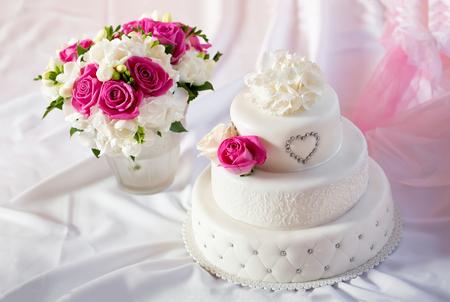 전통 웨딩 케이크와 신부 부케