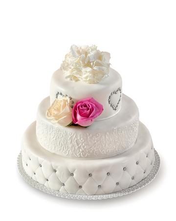 白い背景の上の従来のウエディング ケーキ