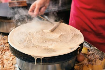 파리 거리 공급 업체에서 만든 팬케이크