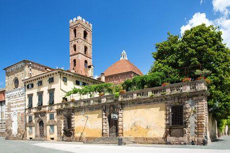 Piazza San Martino avec Campanila de San Giovanni e Reparata Eglise à Lucca, en Italie. Banque d'images