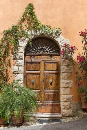 トスカーナ州の美しい古いヴィラの正面玄関
