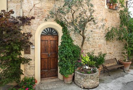 Voordeur van een mooie en oude villa in Toscane