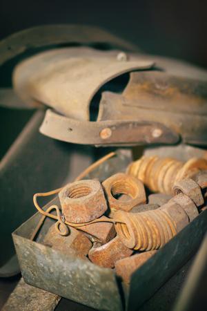 tuercas y tornillos: tuercas oxidadas, tornillos y arandelas Foto de archivo