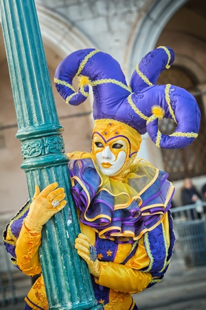 carnevale: VENICE, ITALY - FEBRUARY 27, 2014: Unidentified person with Venetian Carnival mask in Venice, Italy on February 2014.   In 2014 was the Venetian Carnival held between 15 February and 4 march  For only editorial