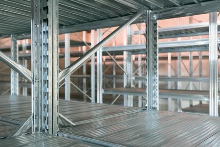 Estantes de almacén vacíos, estante de metal vacío en la sala de almacenamiento, concepto de almacenamiento