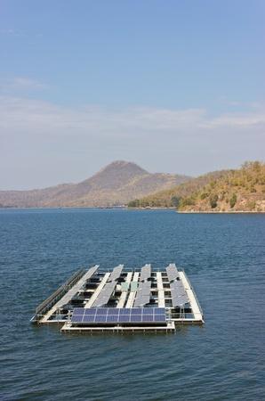 Le celle solari sono immessi sul lago. Archivio Fotografico - 11799013