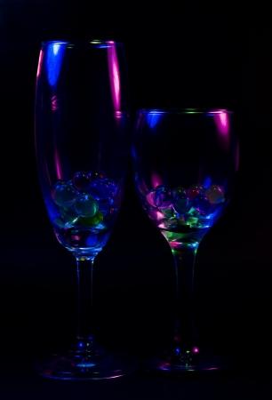 rainbow cocktail: Copa de vino abstracta en la Rue. Foto de archivo