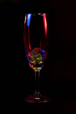 rainbow cocktail: Bicchiere di vino astratta sulla Rue. Archivio Fotografico
