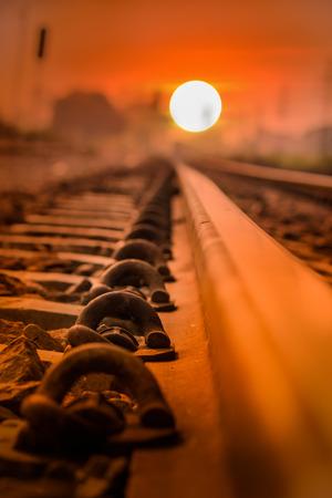 Ancres rails sur le coucher du soleil. Banque d'images - 49026228