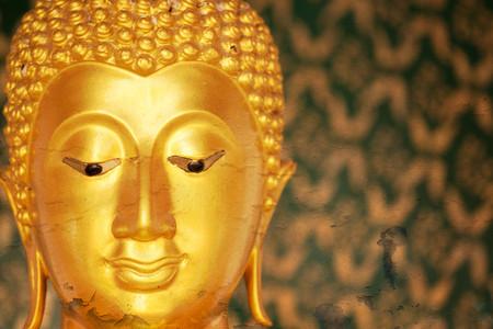 cabeza de buda: Estatua de Buda de oro en fondo del grunge.