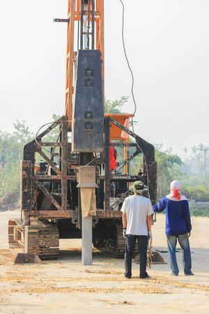 motor de carro: martinete en el sitio de construcción.