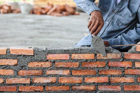 I lavoratori in muratura di mattoni di argilla a parete. Archivio Fotografico - 49127664