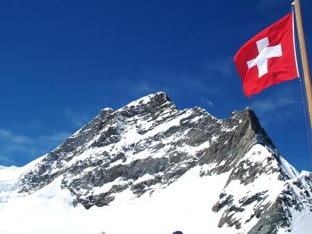 mit: Jungfrau-Gipfel mit schweizer Flagge