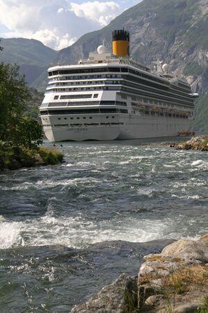 reisen: Geiranger-Fjord, Kreuzfahrtschiff Editorial
