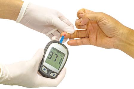 azucar: medidor de glucosa en la sangre, el valor de azúcar en la sangre se mide en un dedo por la doctora en guantes médicos blancos