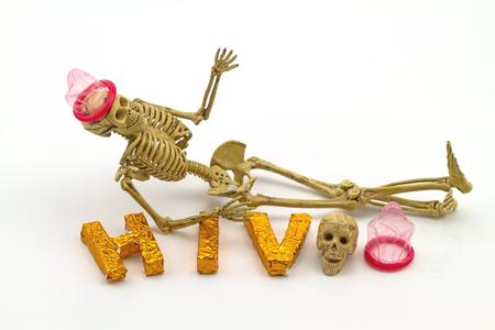 condones: Todavía usan el concepto de vida hueso cuerpo humano condones y Palabras VIH en el fondo blanco indica peligro de SIDA