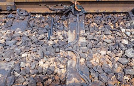 vogelspuren: Rabenvogelgro� coucal, Crow Fasan auf den verrosteten Eisenbahnschienen Lizenzfreie Bilder